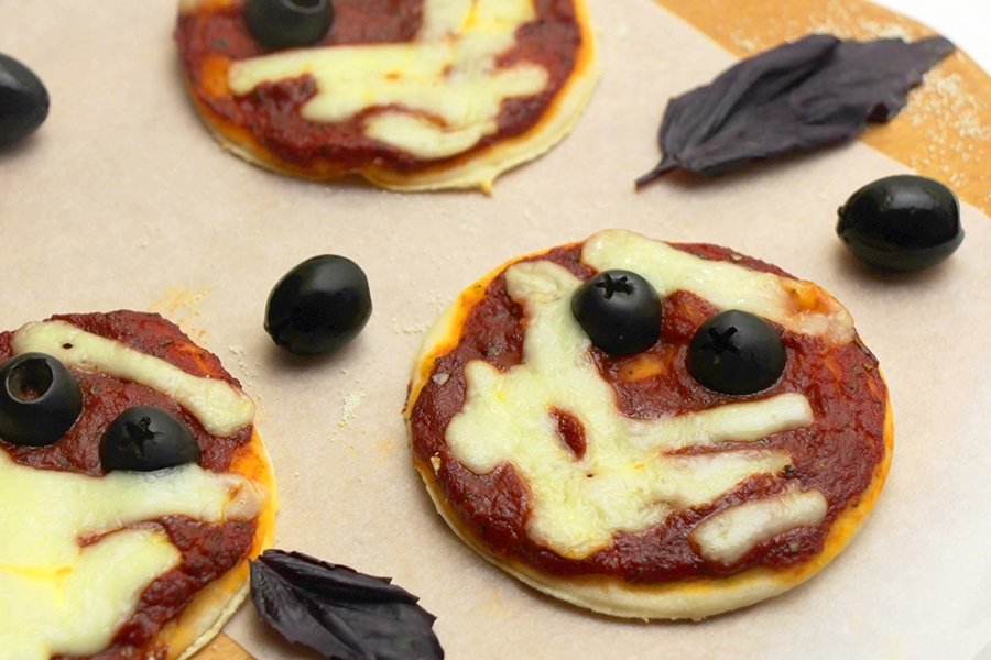 halloween finger foods | mummy mini pizzas