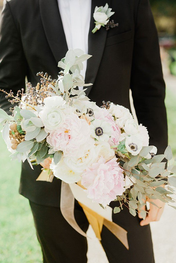 wedding color palette | black, pale green and white bridal bouquet